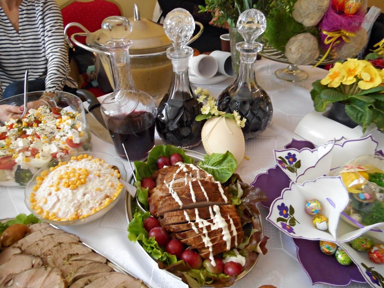 stół wielkanocny, sałatki, mięso, nalewki