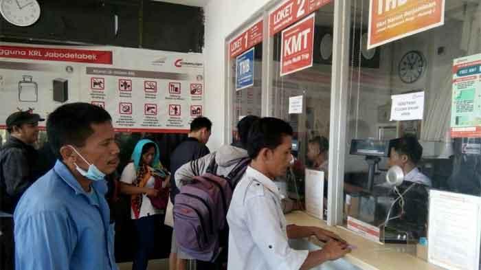 Suasana antrean penumpang di Stasiun KA Rangkasbitung, Sabtu (2/6)