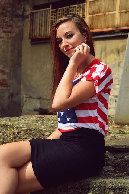 """22.08.2015r. Bluzka flaga amerykańska z opadającym ramieniem, czarna bandażowa mini, czarne szpilki Sesja na terenie """"Elektryka"""" Mielec"""