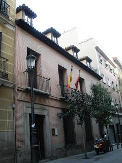Fachada de la casa, de dos plantas, de estilo castellano propio de la época.