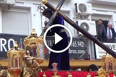 Gitanos en cuesta del Rosario en la madruga de Sevilla de 2017 avanzando por la cuesta del bacalao desde su estacion de penitencia en la Catedral de Sevilla hasta la llegar a la calle placentines