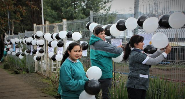Alumnos de escuela rural de Puaucho se manifestaron contra femicidio
