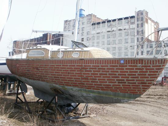 Lancha com casco de ferrocimento e tijolos