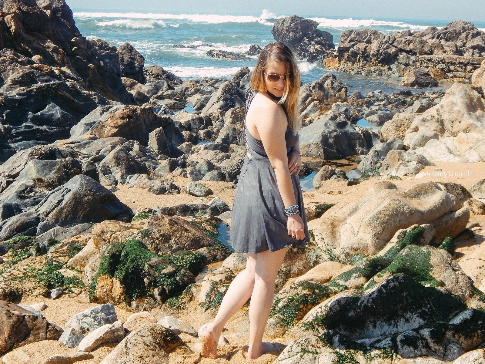 3 stylizacja porto portugalskie plaże co zobaczyć w portugalii szara sukienka sznurowana na plecach sukienka z zamszu szare sukienki sznurowania jaka sukienka dla blondynek mini szare espadryle biżuteria