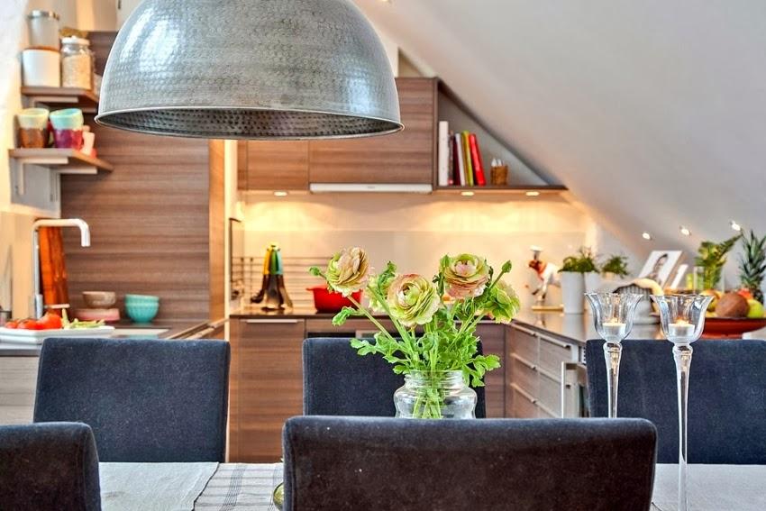 Dwupoziomowy, przestronny apartament w bieli, wystrój wnętrz, wnętrza, urządzanie domu, dekoracje wnętrz, aranżacja wnętrz, inspiracje wnętrz,interior design , dom i wnętrze, aranżacja mieszkania, modne wnętrza, białe wnętrza, wnętrza w bieli, kuchnia, jadalnia