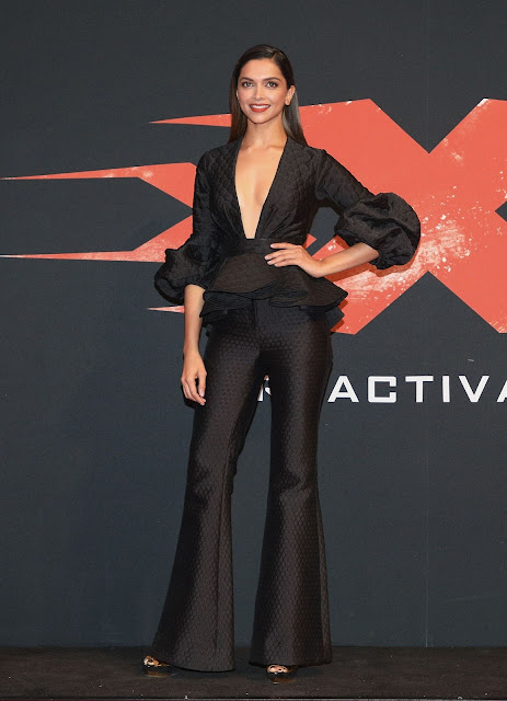 """Deepika Padukone Sexy In Black Dress At """"XXX: Return of Xander Cage"""" Premiere in Mexico City, Mexico"""