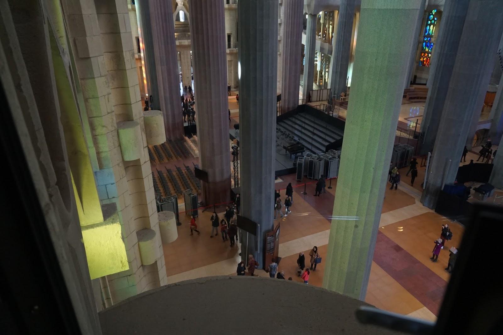 サグラダ・ファミリア (Sagrada Familia) 螺旋階段から聖堂内を見下ろす