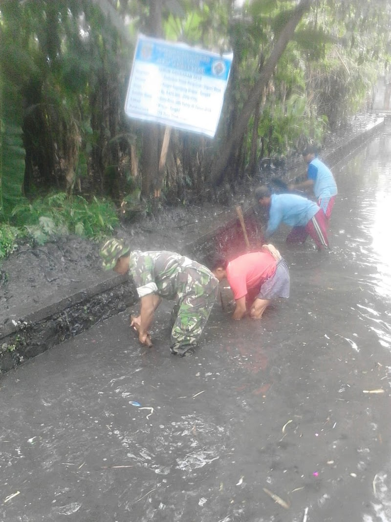 Babinsa Tambak Sari Bersama Warga Karya Bakti Normalisasi Sungai