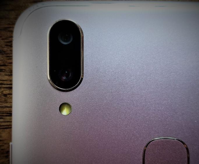 Vivo V9 Dual Rear Cameras