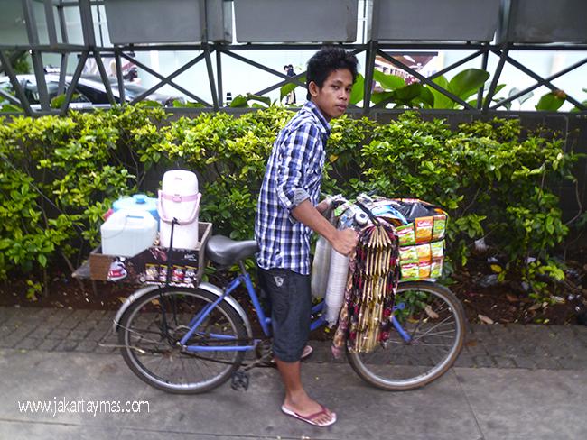 Vendedor ambulante de café y té en Yakarta