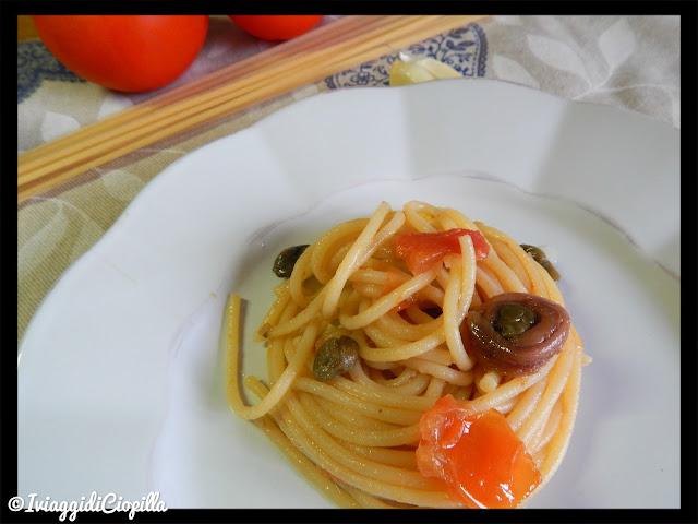 Spaghetti alla chitarra con alici, capperi e olive