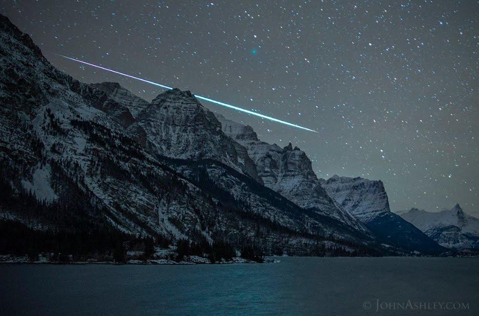 Incredibile foto della Cometa di Natale 46P/Wirtanen durante il passaggio di un meteorite.