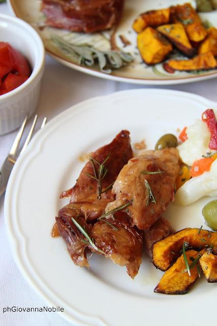 Stinco di prosciutto al forno con contorno di zucca e insalata di rinforzo