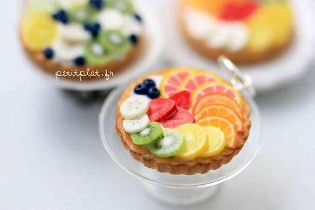 model kecil buah-buahan dalam pinggan