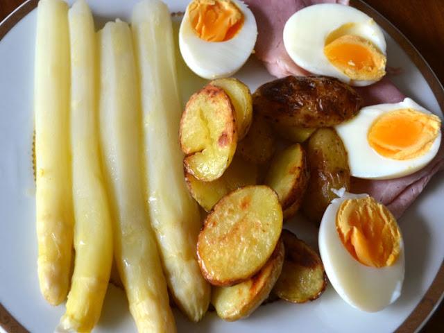 Asperges met gebakken krieltjes, ham en gekookte eieren