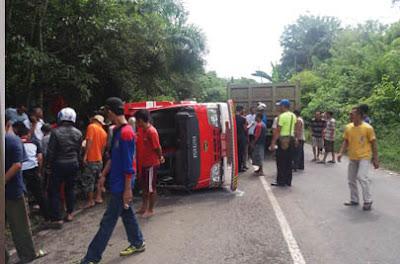 Mobil Damkar Terguling, satu orang tewas
