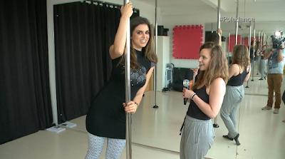 Mônica se arrisca no pole dance (Foto: Divulgação SBT)