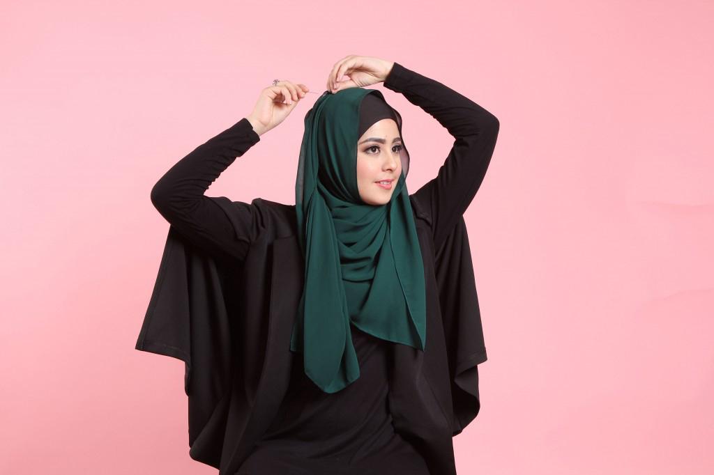 Langkah keenam dilakukan dengan menarik ujung hijab sampai ke atas kepala pada sisi terjauh di bagian belakang kepala. Sematkan dengan jarum pentul seperti pada langkah ke tiga. baju dalam ketat risty tagor