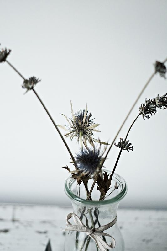 Blog + Fotografie by it's me! - Glasflasche mit getrockneten Blumen und einem Schleifenband