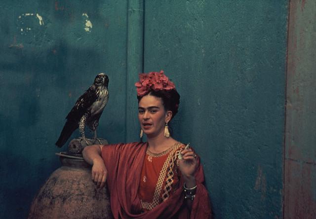 Frida Kahlo usando brincos que ganhou de Pablo Picasso
