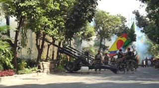 17 ledakan suara meriam pagi tadi Jumat, (17/08) mengundang kerumunan warga kota Surabaya. 6 meriam disiapkan untuk meramaikan agenda taunan kemerdekaan negara republik Indonesia. Tontonan gratis ini berada dilokasi belakang taman Prestasi kota Surabaya.