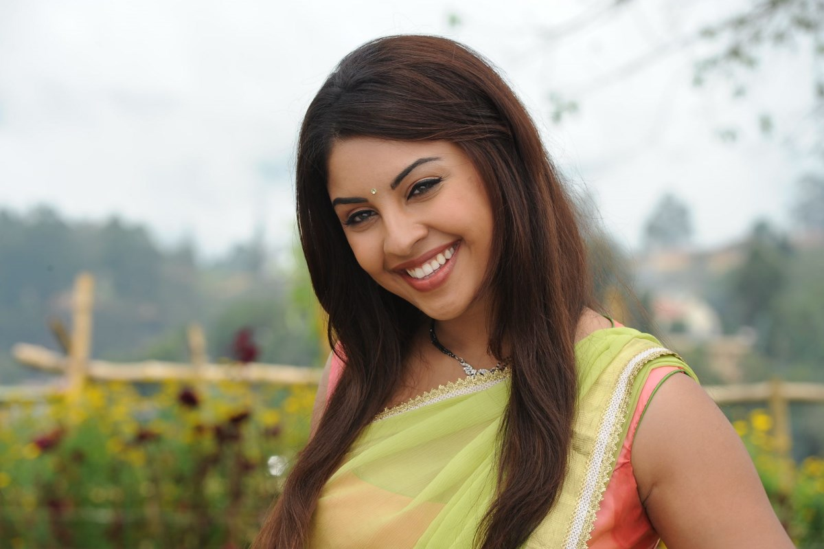 Blooming Richa gangopadhyay playing in saree