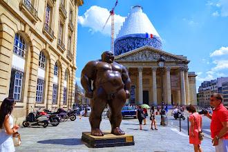 """Expo : Mongolian, statue monumentale de Hong Biao Shen affectueusement surnommée """"le gros tout nu"""" par les étudiants de la Sorbonne - Vème"""