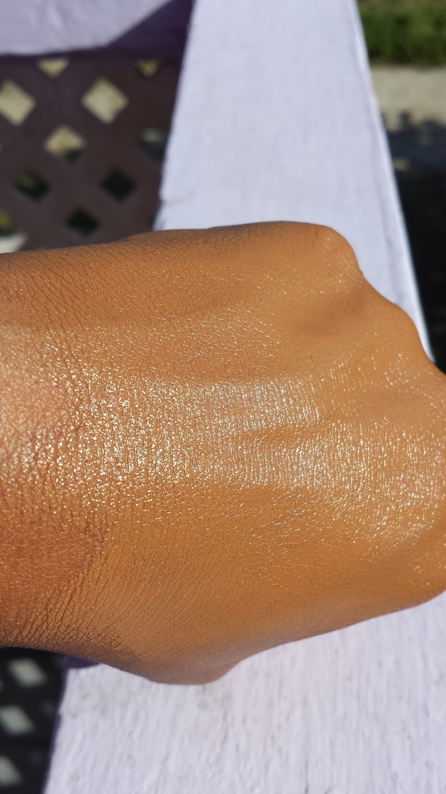 Estee Lauder Double Wear Light swatch - www.modenmakeup.com