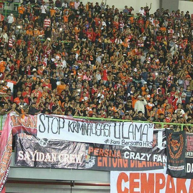 "Wow! Dukungan Jakmania Bentangkan Spanduk ""Stop Kriminalisasi Ulama #KamiBersamaHRS"""