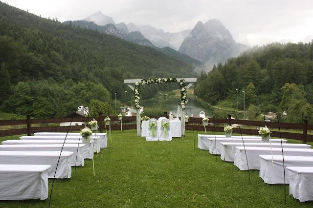 Freie Trauung mit Bergpanorama auf der Wiese - Hochzeit in Grün und Weiß im Riessersee Hotel Garmisch-Partenkirchen Bayern, Regenhochzeit im Sommer, Wedding Bavaria - wedding green white