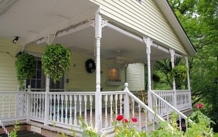 Il portico in legno in stile americano cucina green for Ville con portico in legno