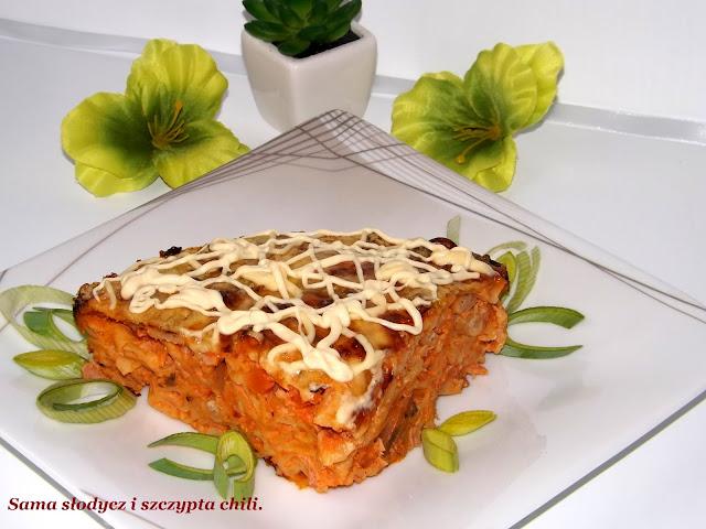 Zapiekanka makaronowa z polędwicą i sosem pieczarkowym.