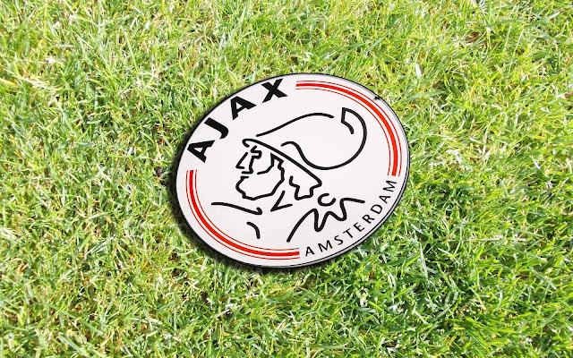 Ajax wallpaper met groen gras