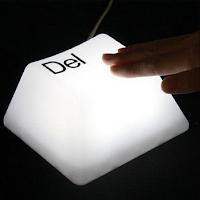 Une lampe de bureau en forme de touche de clavier.