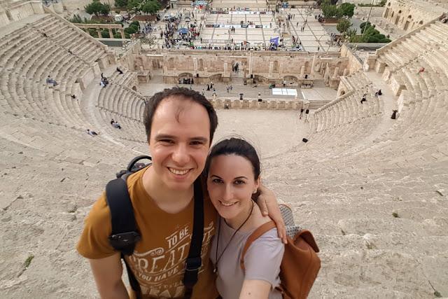 Alberto y Lena desde lo alto del Teatro Romano de Amman