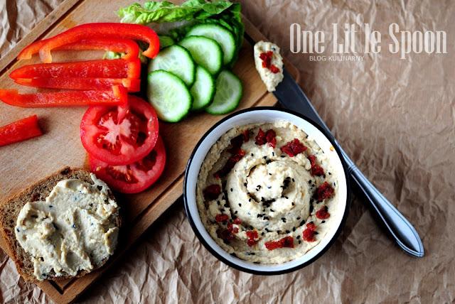 Domowy hummus z czarnuszką i suszonymi pomidorami