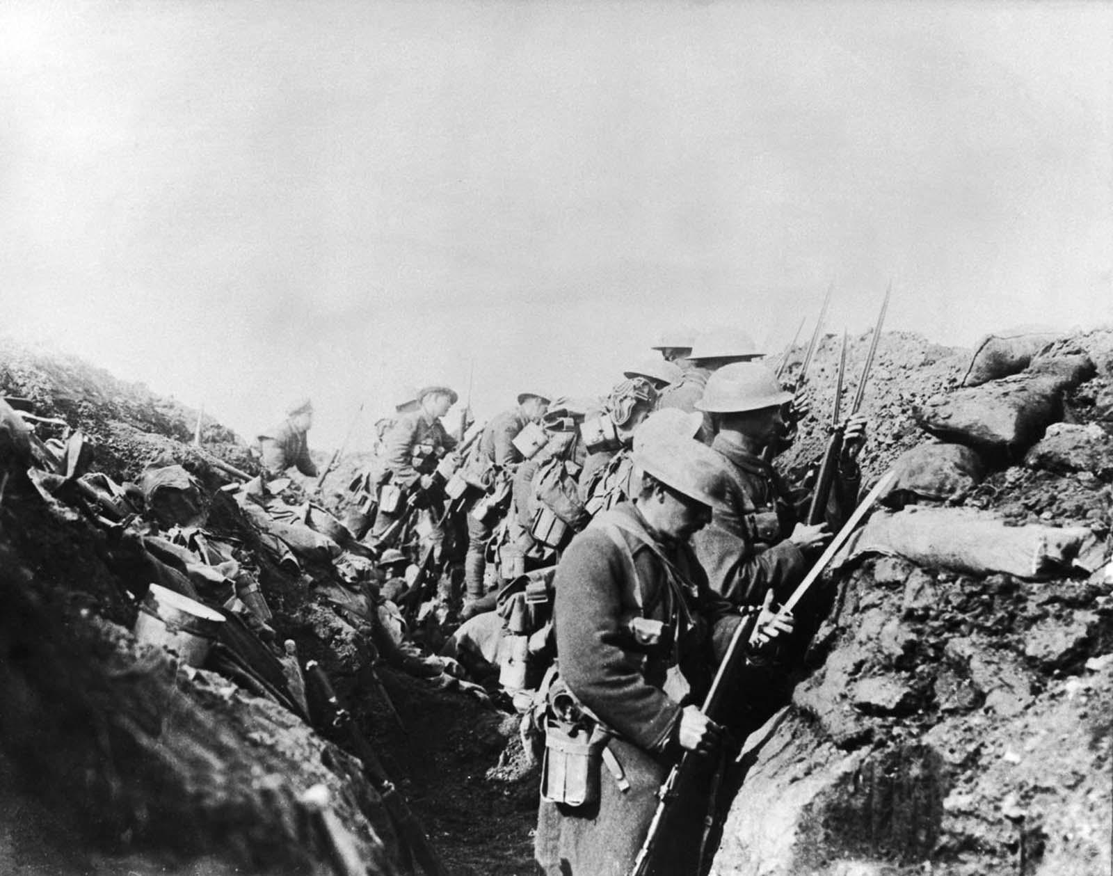Las tropas canadienses arreglan las bayonetas antes de ir por encima para atacar las posiciones alemanas.