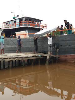 Kapal KM.EKA CAHAYA Bongkar Kasur di Parit Gompng Tanpa Pengawasan