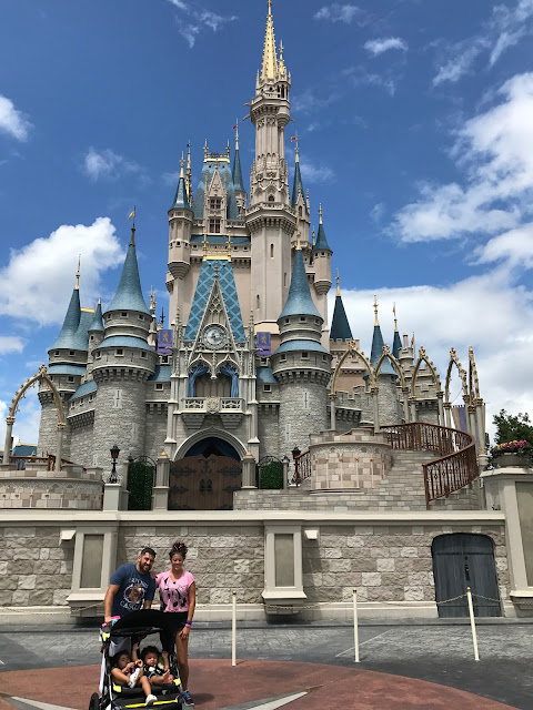 Let us tell you how to get the best family picture at Disney! It is free and it is something you must try the next time you go to Disney.