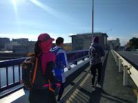 鶴見川の橋を走るランナー