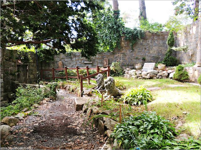 Jardín con la Tumba de John Hays Hammond Jr. en el Castillo