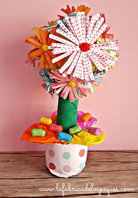 Centro de flores con papel y playmais