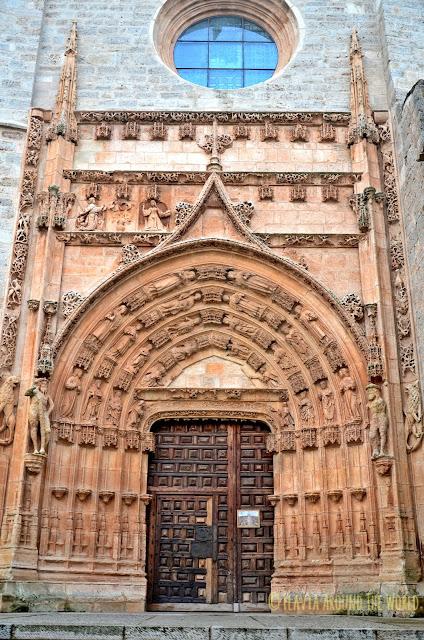 Una de las puertas de la iglesia