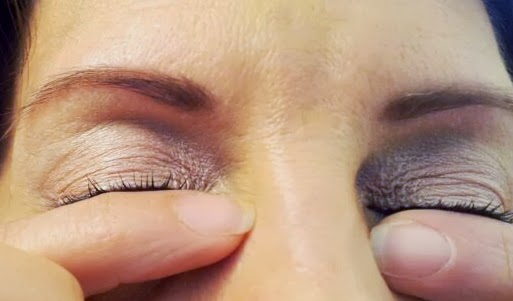 curl lashes with fingers