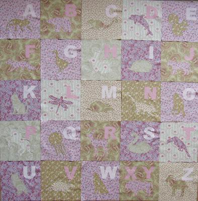 Alphabet Quilt für Mädchen in rosa und grün