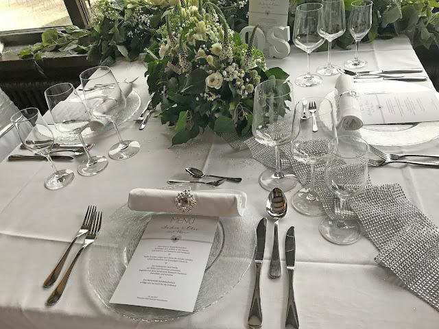 Tischdekoration in Weiß, Silber, Grün mit Glitzer, Hochzeit zu Dritt, kleine Familienhochzeit, Riessersee Hotel Garmisch-Partenkirchen, Bayern, freie Trauung