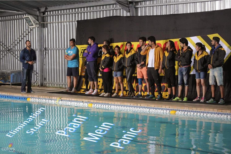 Rohit Shetty telling about Paani Mein Panic Stunt to contestants at swimming pool in Fear Factor Khatron Ke Khiladi Dar Ka Blockbuster
