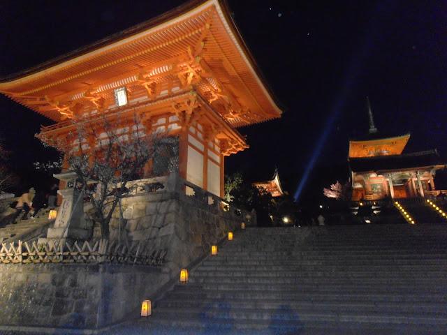 La entrada al Kiyozumidera con su iluminación nocturna