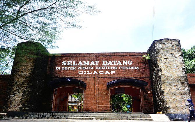 Gerbang depan Benteng Pendem Cilacap