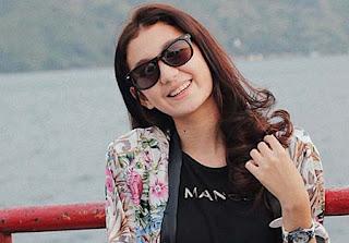 Zoe Abbas Jackson Pakai Kacamata